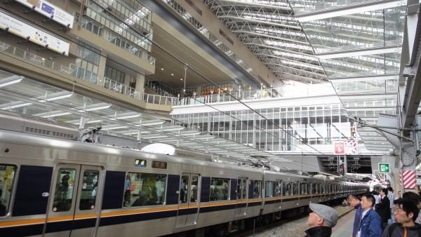 대형 복합건물이 승강장 양측을 감싸고 있는 오사카역의 일부 모습. 하루 유동인구가 250만여명으로 항상 사람들로 붐빈다.(사진=박흥수)