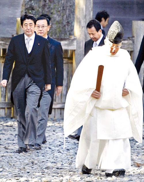 아베 총리의 야스쿠니 신사 참배 모습