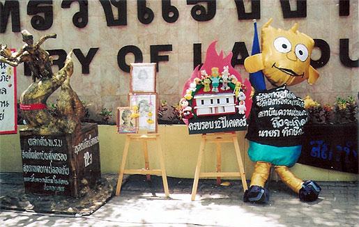 태국  Kader 인형공장 화재사고로 사망한 노동자들을 추모하는 모형과 사진(사진=Dorepo)