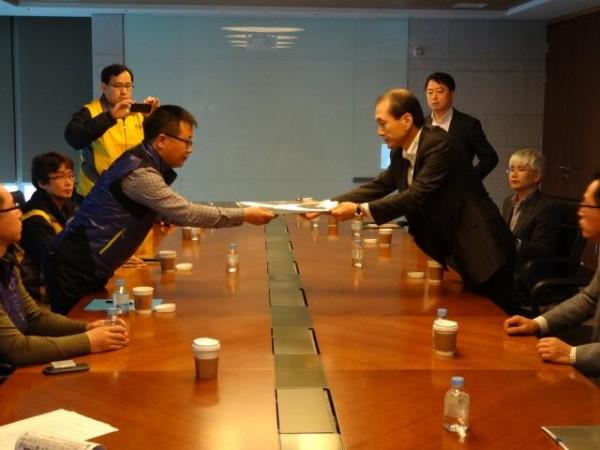 이마트 협약서를 교환하고 있는 모습. 왼쪽이 강규혁 서비스연맹 위원장(사진=서비스연맹)