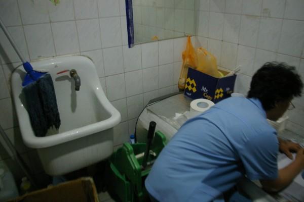 대학교 청소노동자의 한 모습(사진=공공운수노조 블로그)