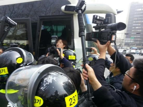 기자회견 중 연행되는 진보신당 박은지 부대표(사진=김일웅님 페이스북)