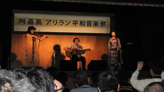 오키나와 평화운동가인 우미세토유타카씨가 공연을 하고 있다.
