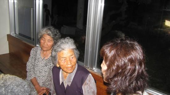 위안소 일을 도왔던 카네시마 키쿠에(89세럭×諍- 할머니가 증언을 하고 있다.
