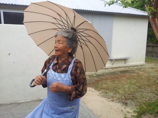 위안부 7명이 머울렀던 남풍장 앞에서 카네시마할머니가 당시를 얘기하고 있다.