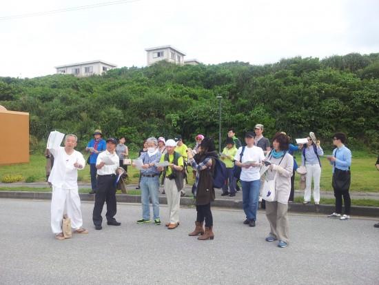 구부라항을 바라보며 나가타 선생(왼쪽)이 당시의 상황을 설명하고 있다.