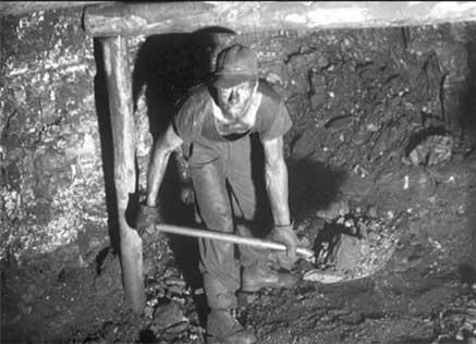 막장에서 작업중인 파독 한인 광부