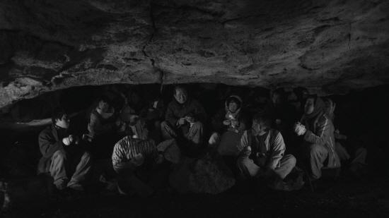 영화 '지슬'의 동굴 속 주민들의 모습