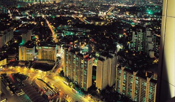 전기로 불야성을 이루고 있는 대도시의 저녁 풍경