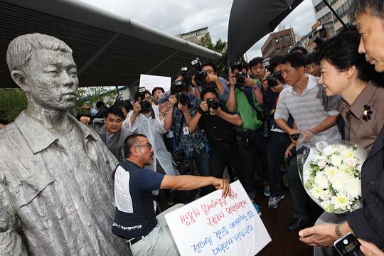 대선 전 박근혜 당시 후보에게 전태일 동상 앞에서 항의하던 김정우 지부장(사진=노동과세계)