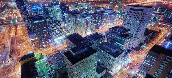 전기로 불야성을 이루는 대도시 도심의 모습