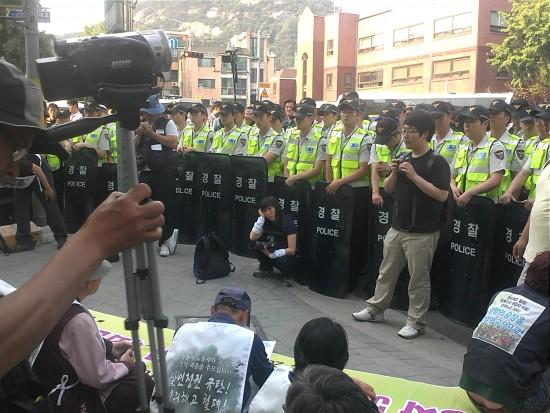 경찰에 의해 강제 고착된 쌍용차 기자회견 모습(사진=민주노련)