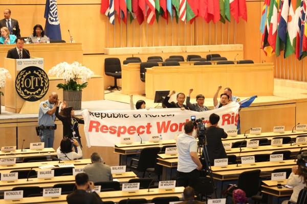 ILO총회 본회의장에서 민주노총 대표단의 시위 장면(사진=민주노총)