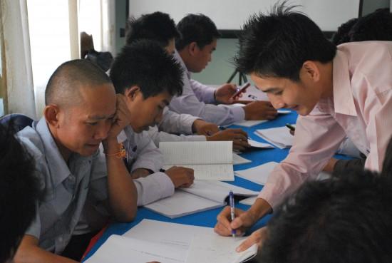 재생에너지 수업에 나온 전기 문제에 대해 진지한 토론 중인 산간학교 선생님들(사진=조보영)