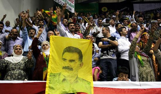 오잘란의 사진을 내걸고 시위를 하고 있는 쿠르드인의 모습