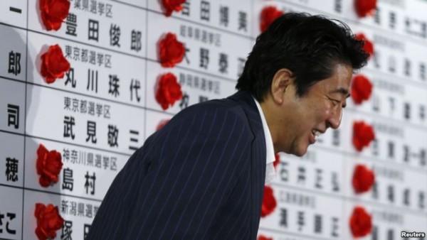 참의원 선거에서 압승하고 지지자에게 인사하는 아베 총리