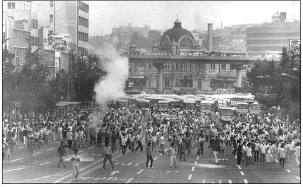 87년 민주화시위 장면 사진 출처는 민주화운동기념사업회