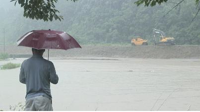 ▲ 2011년 장마기간 잠긴 농경지를 바라보는 합천 주민