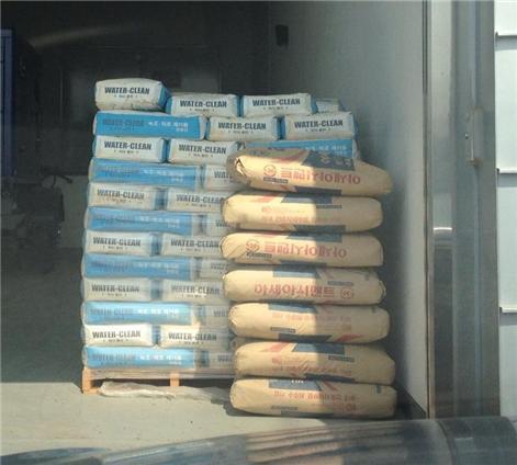 ▲ 백제보 창고의 조류제거제 (2012년 6월 14일)