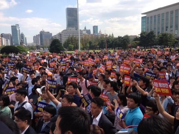 국회 본회의장 앞의 통합진보당 당원들과 이석기 의원(사진=장여진)