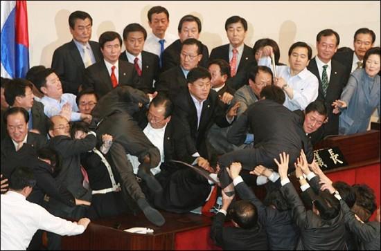 과거 날치기와 몸싸움 국회의 한 장면