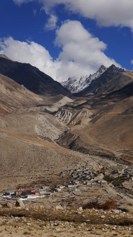 중국 국경 장무를 지나 보이는 티베트마을