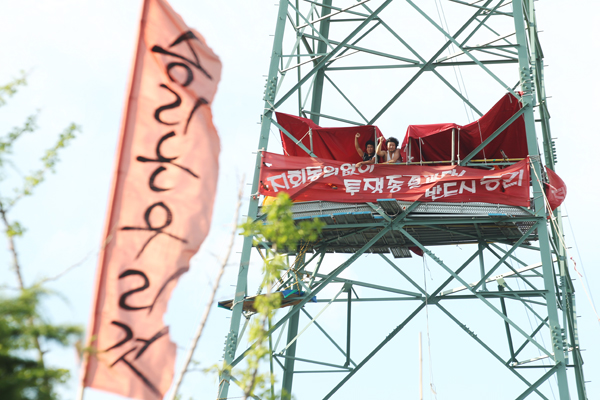 지난 7월 철탑 농성 당시의 최병승 조합원 모습(사진=노동과세계 변백선)