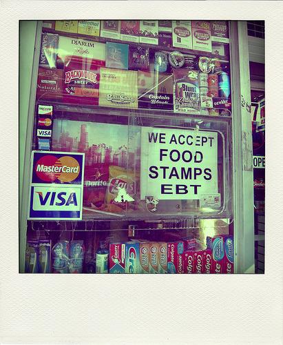 푸드 스탬프를 이용할 수 있다는 식료품 가게의 표시