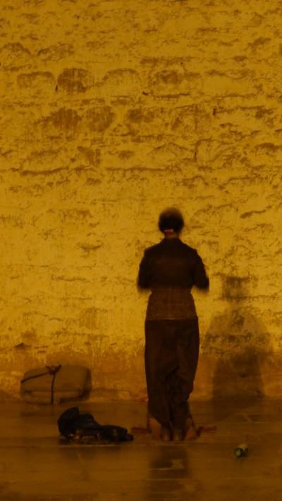늦은 밤 조캉사원 앞에서 기도를 드리는 여인