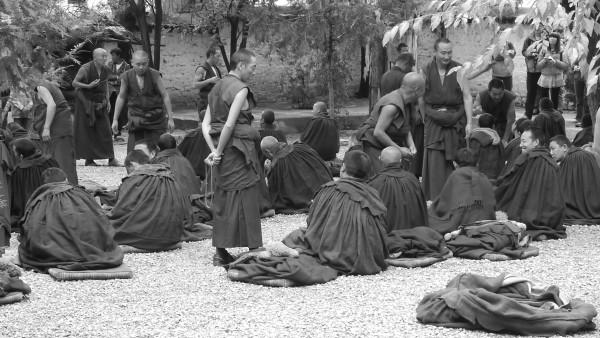 독특한 토론방식으로 유명한 세라사원의 승려들