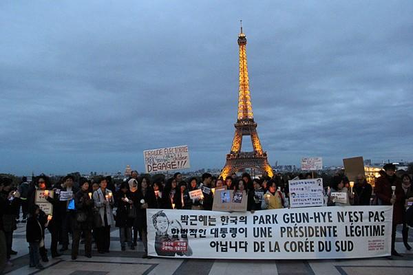 파리 교민들과 유학생들의 박근혜 방문 비판 시위