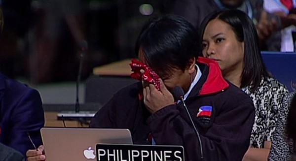 연설 도중 끝내 눈물을 흘리고 있는 사노 대표(방송화면 캡처)