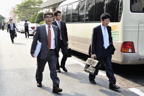 이석기 등의 재판에 들어가고 있는 변호인들(사진=통합진보당)