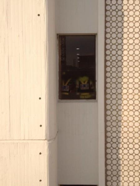 7층까지 진입한 경찰 모습을 경향신문 별관에서 찍은 사진
