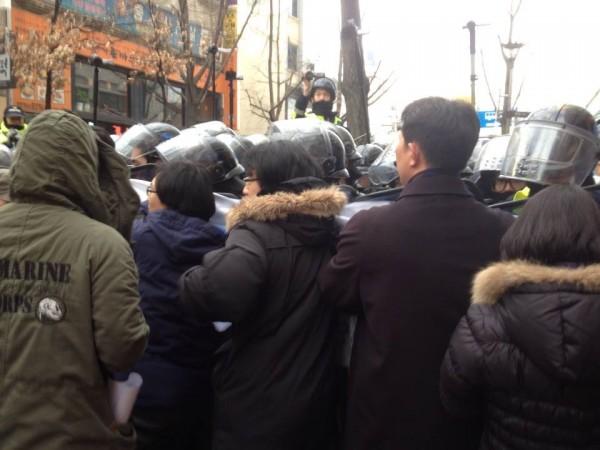 민변 변호사들의 기자회견도 가로막고 방해하는 경찰들