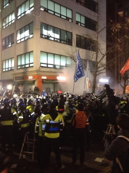금속노조 앞에서 최루가스를 난사하는 경찰 18:55