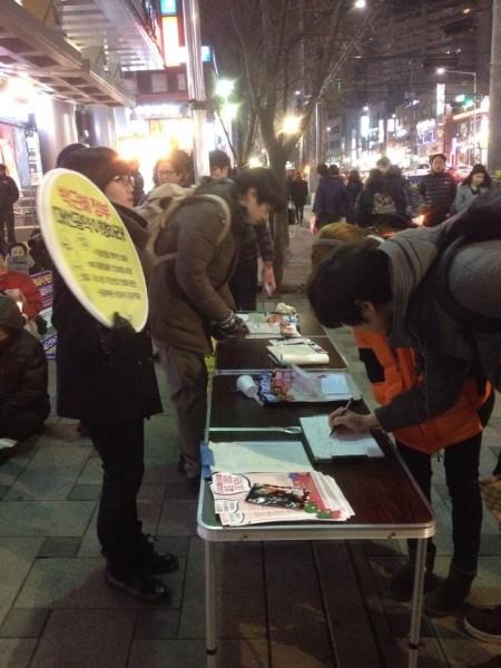 주민들의 서명모습(사진=자여진)