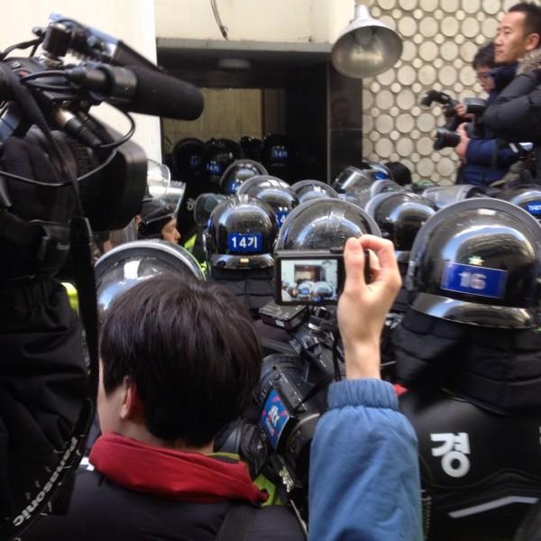경향신문사 오른쪽 출구를 부수고 진입하는 경찰