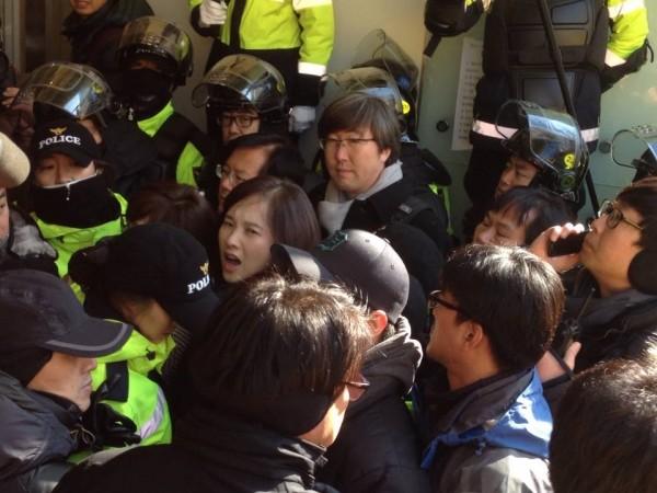 건물 내 진입 시도하는 민주당 의원들