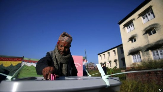 11월 네팔 선거에서 투표하는 모습
