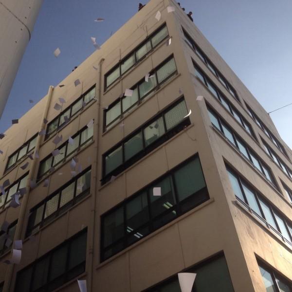 경향신문 별관 옥상에서 강제침탈 규탄하는 삐라는 뿌리는 모습