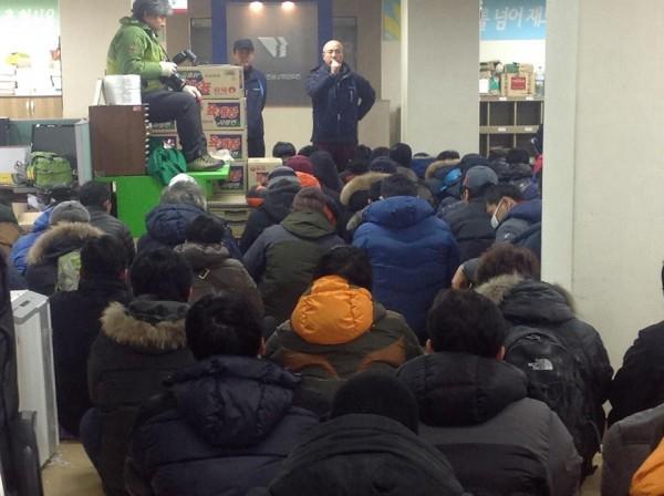 민주노총 내부 농성장에서 신승철 위원장이 조합원들과 결의를 다지고 있다.