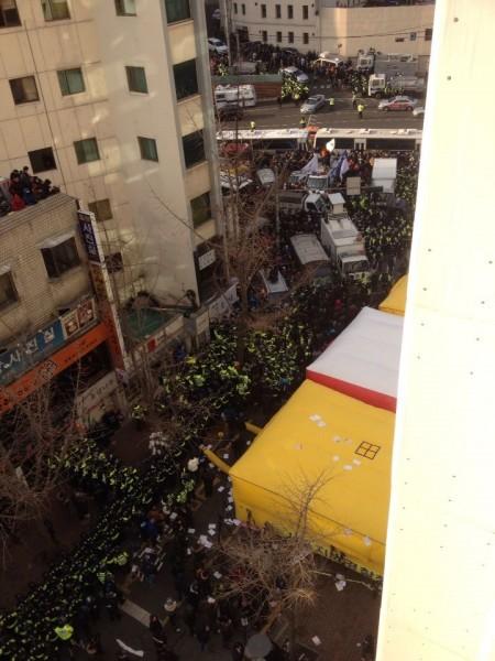 민주노총 앞으로 진입하려는 시민들과 조합원들