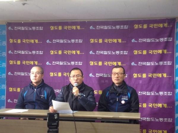 자진출두에 앞서 입장을 밝히는 김명환 위원장(중간). 사진=장여진