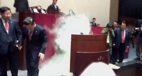 2011년 11월 한미FT비준에 항의하여 국회 본회의장에 뿌려진 취루가스(방송화면)