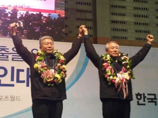 당선 인사를 하는 김동만-이병균 후보(왼쪽부터. 사진=한국노총)