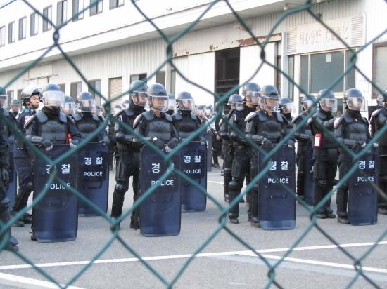 농성장들에게 식량 반입도 막고 있는 경찰의 당시 모습