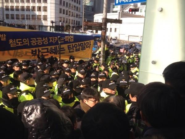 자진출두하겠다는 김명환 위원장을 체포하겠다는 경찰 모습(사진=장여진)