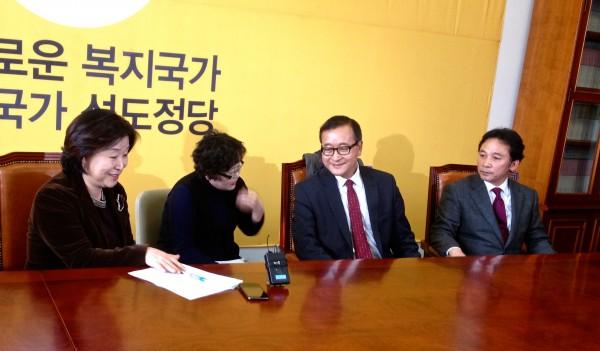 정의당과 대화하고 있는 삼랭시 캄보디아 구국당 대표(사진=장여진)