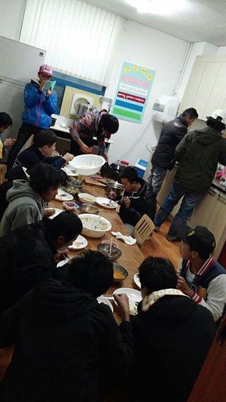 민중의 집에서 식사를 하고 있는 이주노동자들
